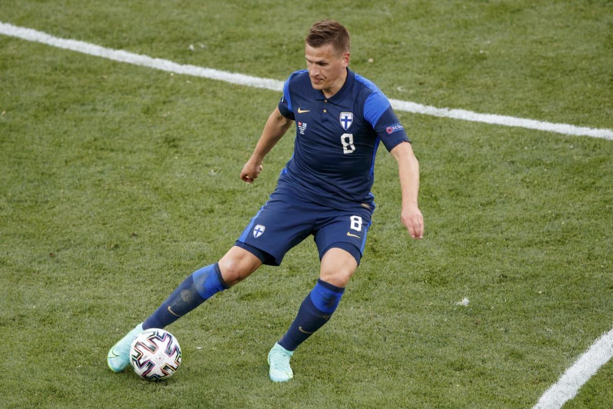 Robin Lod peippailee Tanskaa vastaan Kööpenhaminassa EM-avauksessa 2021.