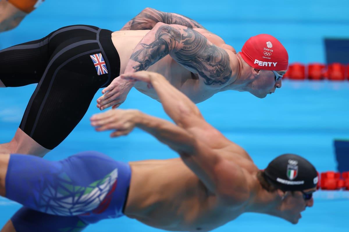 Maailman paras rintauimari Adam Peaty hyppää altaaseen Tokion olympialaisissa.