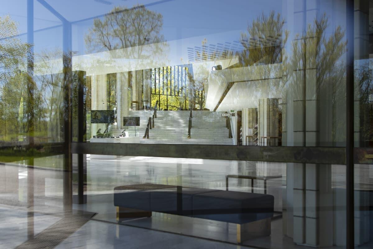 Helsingin kaupunginteatterin tyhjä aula ikkunan läpi kuvattuna