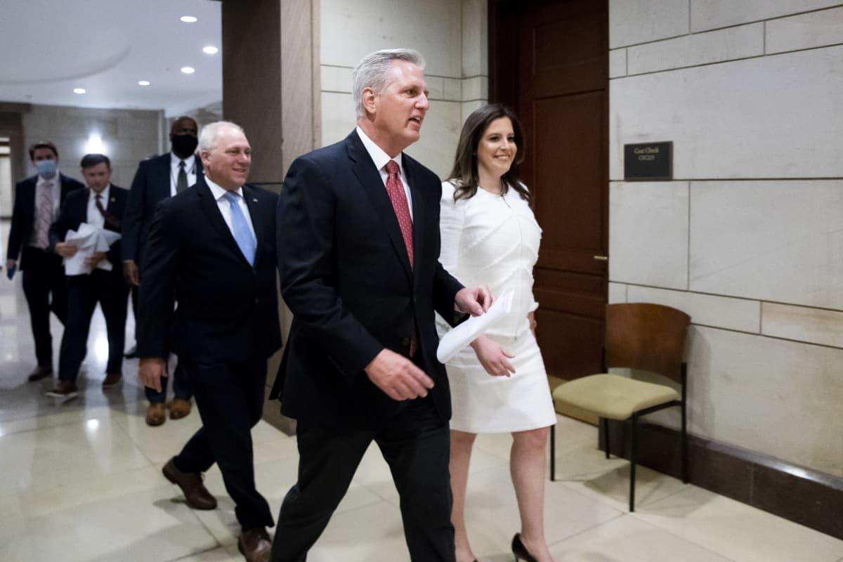 Cheneyn tilalle puolueen johtotehtäviin nimitetty Elise Stefanik (oikealla) sekä edustajainhuoneen republikaanijohtaja Kevin McCarthy (keskellä) Washingtonissa kongressirakennuksessa.