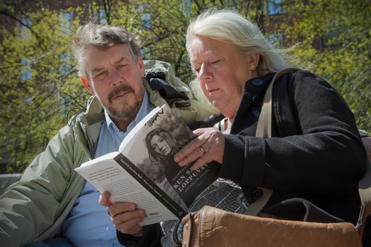 Potrettikuvassa kirjailija Ingrid Wall sekä valokuvaaja Joachim Wall.