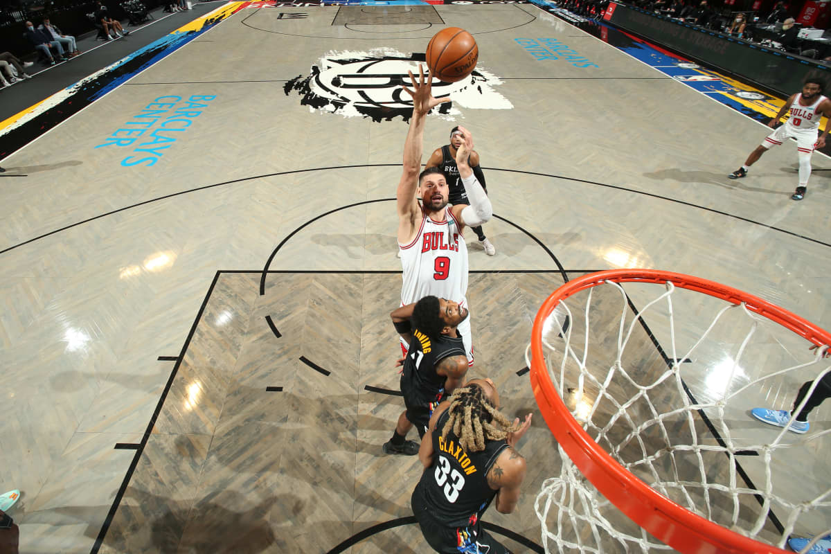 Bullsin Nikola Vucevic heittää palloa koriin ottelussa Brooklyniä vastaan.