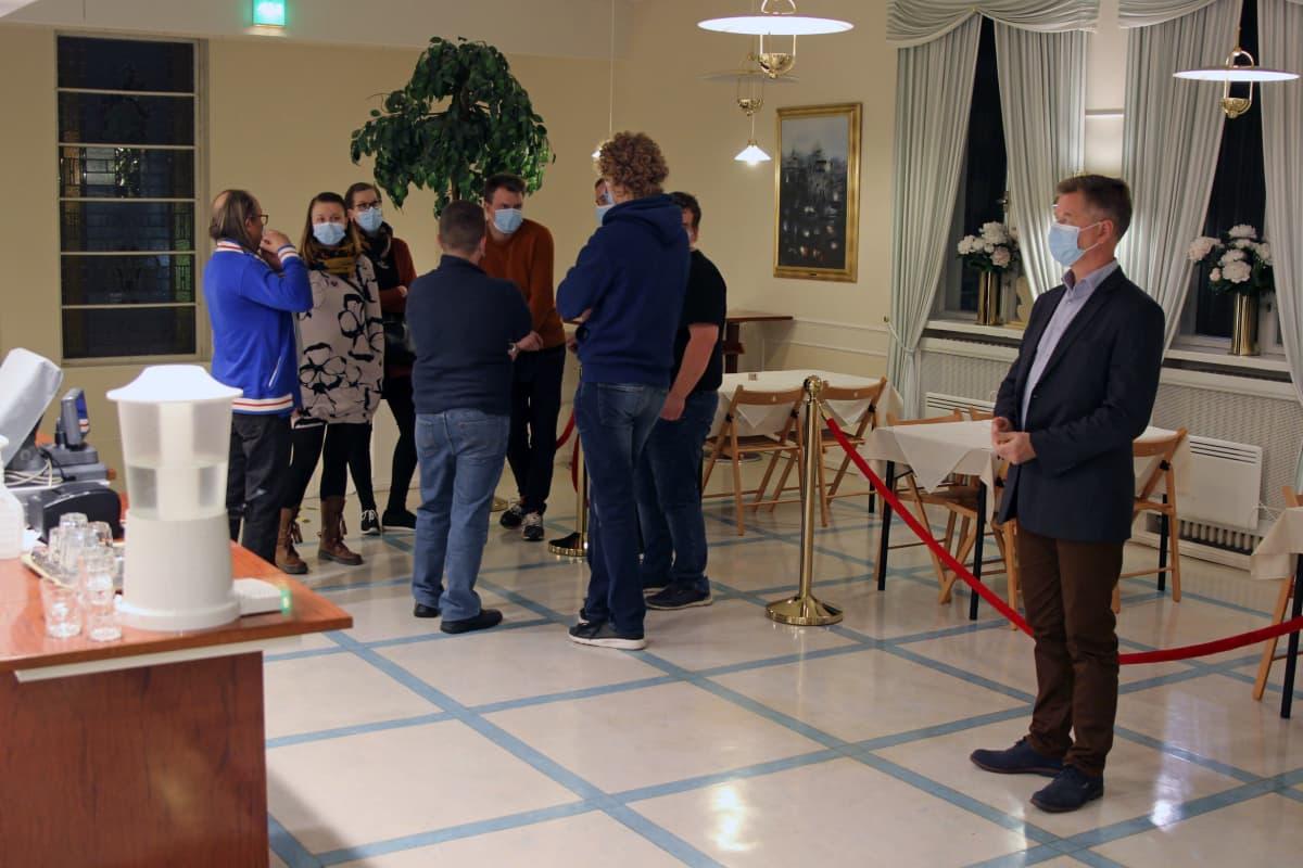 Mikkelin teatterin katsojia viettämässä väliaikaa teatterin käytävillä.