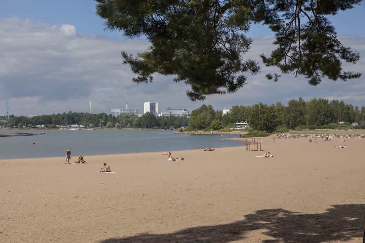 Hietaniemen uimaranta, vähän ihmisiä rannalla.