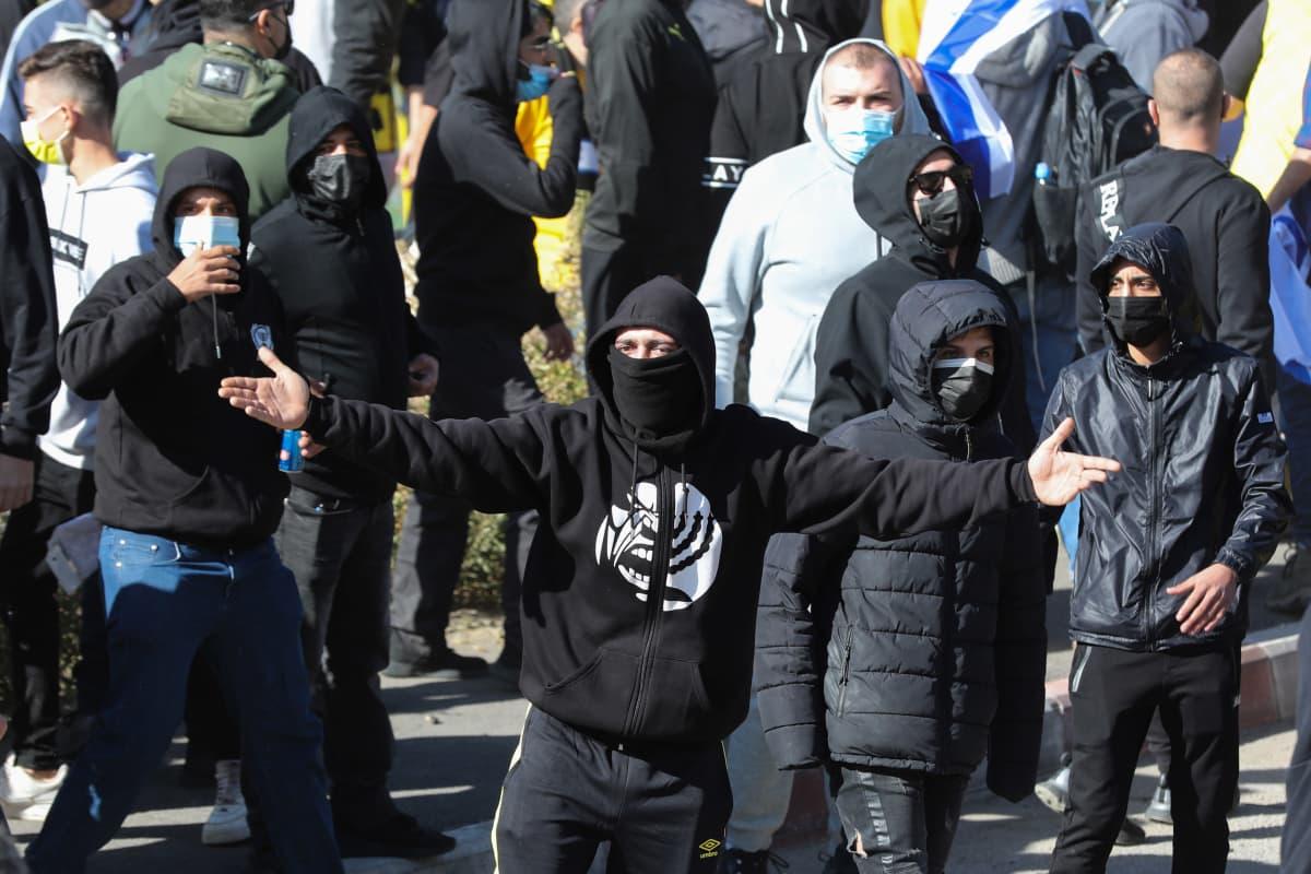Sopimusta kannattavat ja vastustavat fanit ottivat yhteen Beitar Jerusalemin harjoituksissa viime perjantaina.