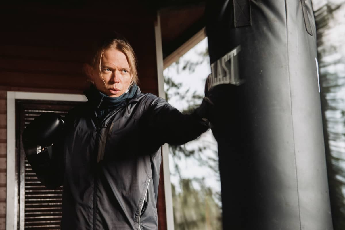 Kuvassa Eicca Toppinen lyö nyrkkeilysäkkiä.
