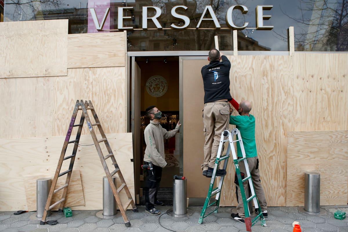 Barcelonan tärkeimmän ostoskadun Paseo de Grácian varrella sijaitsevan luksusbrändi Vercacen ikkunat on peitetty laudoilla.