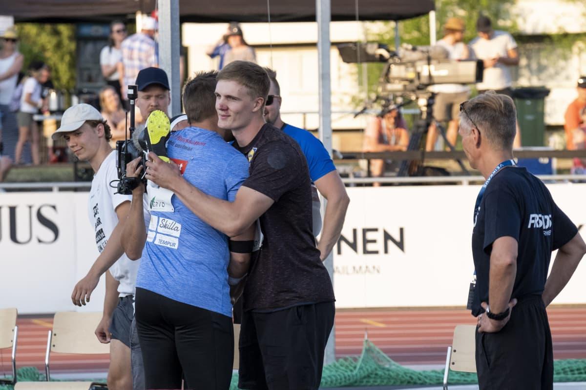 Oliver Helander ja Antti Ruuskanen halaavat kaksinkamppailunsa päätteeksi. Helander vei pidemmän korren olympiapaikan ratkaisseessa keihäskisassa.