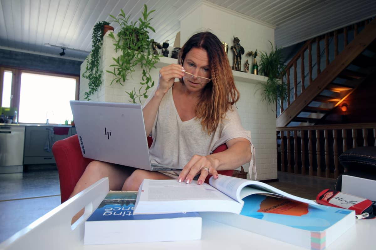 Melina Holmberg opiskelee tietokoneen ääressä.