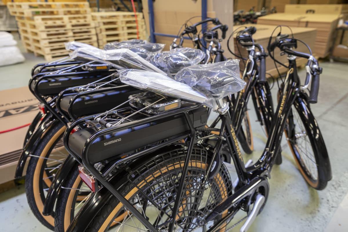 Sähköpyörän valmistus Helkaman tehtaalla. Valmiita Aino sähköpyöriä.