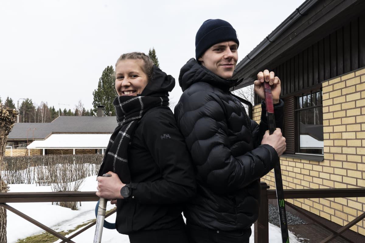 Emmi ja Waltteri Merelä poseeraavat kameralle käsissään ringette - ja jääkiekkomailat.