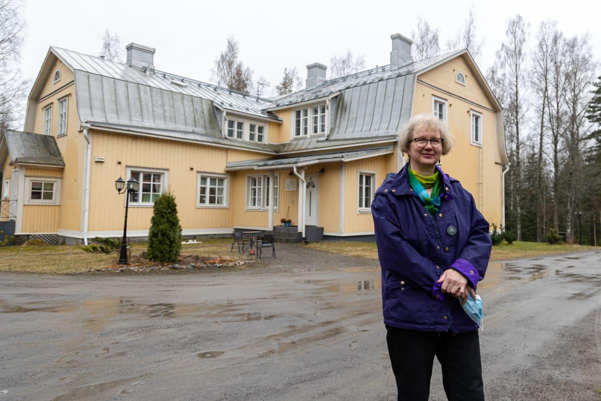 Yrittäjä Anne Sorsa-Vainikka Salpalija Hovin edustalla.