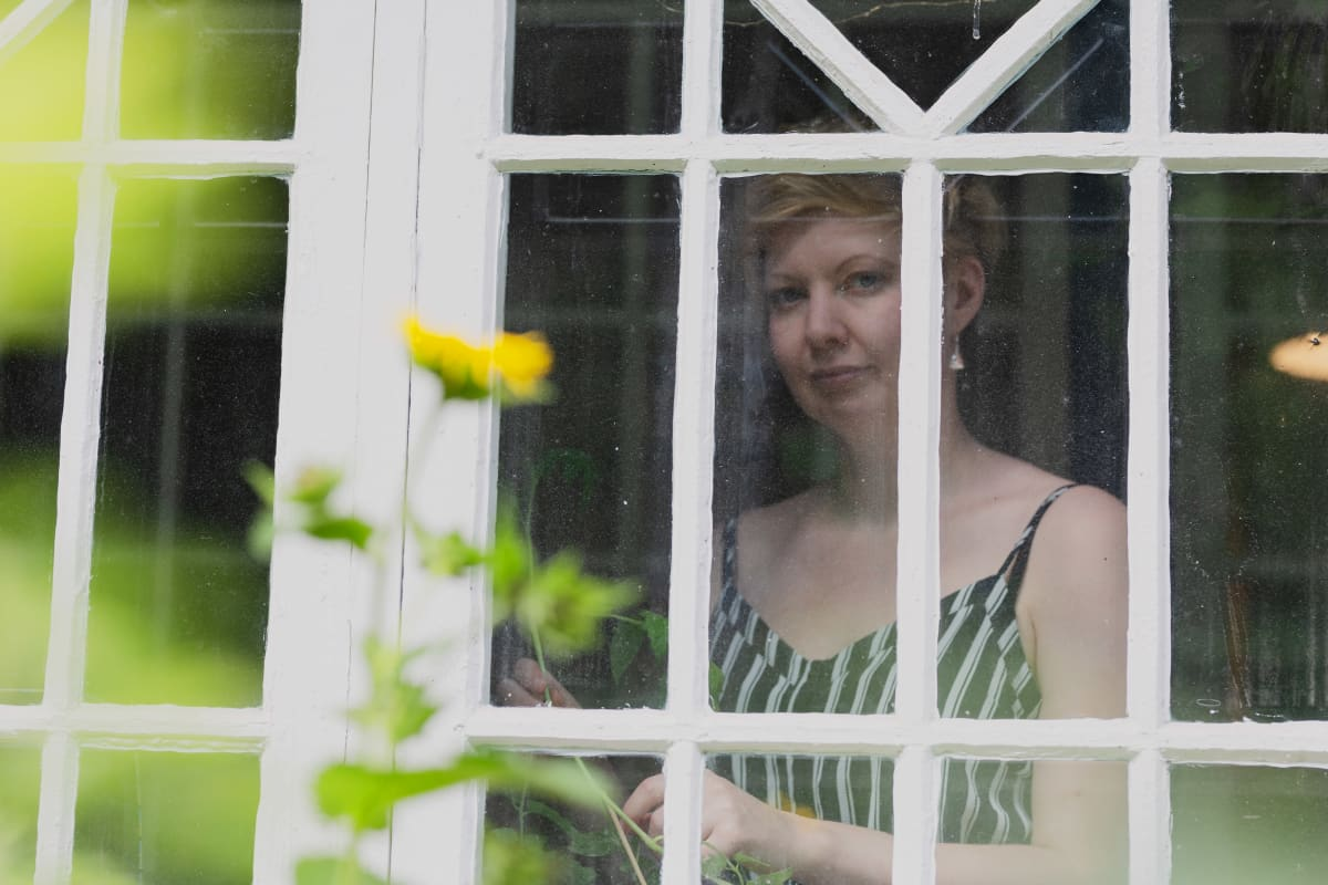 Kirjailija Marianna Kurtto  Eeva Joenpellon kirjailijakodin verannalla.