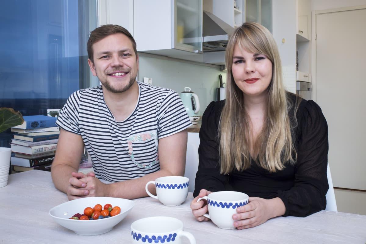 Jaakko Mustakalli ja Alviina Alametsä istuvat keittiön pöydän ääressä
