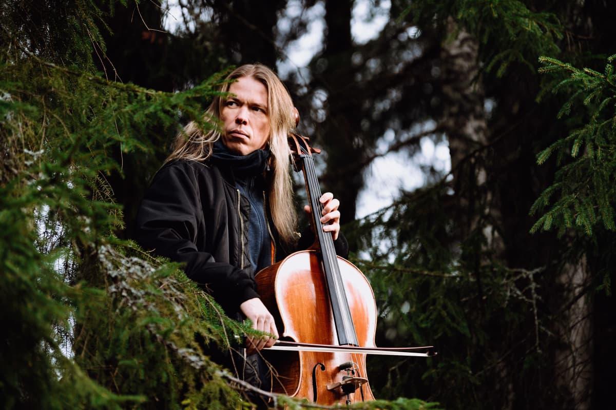 Kuvassa Eicca Toppinen soittaa selloa.