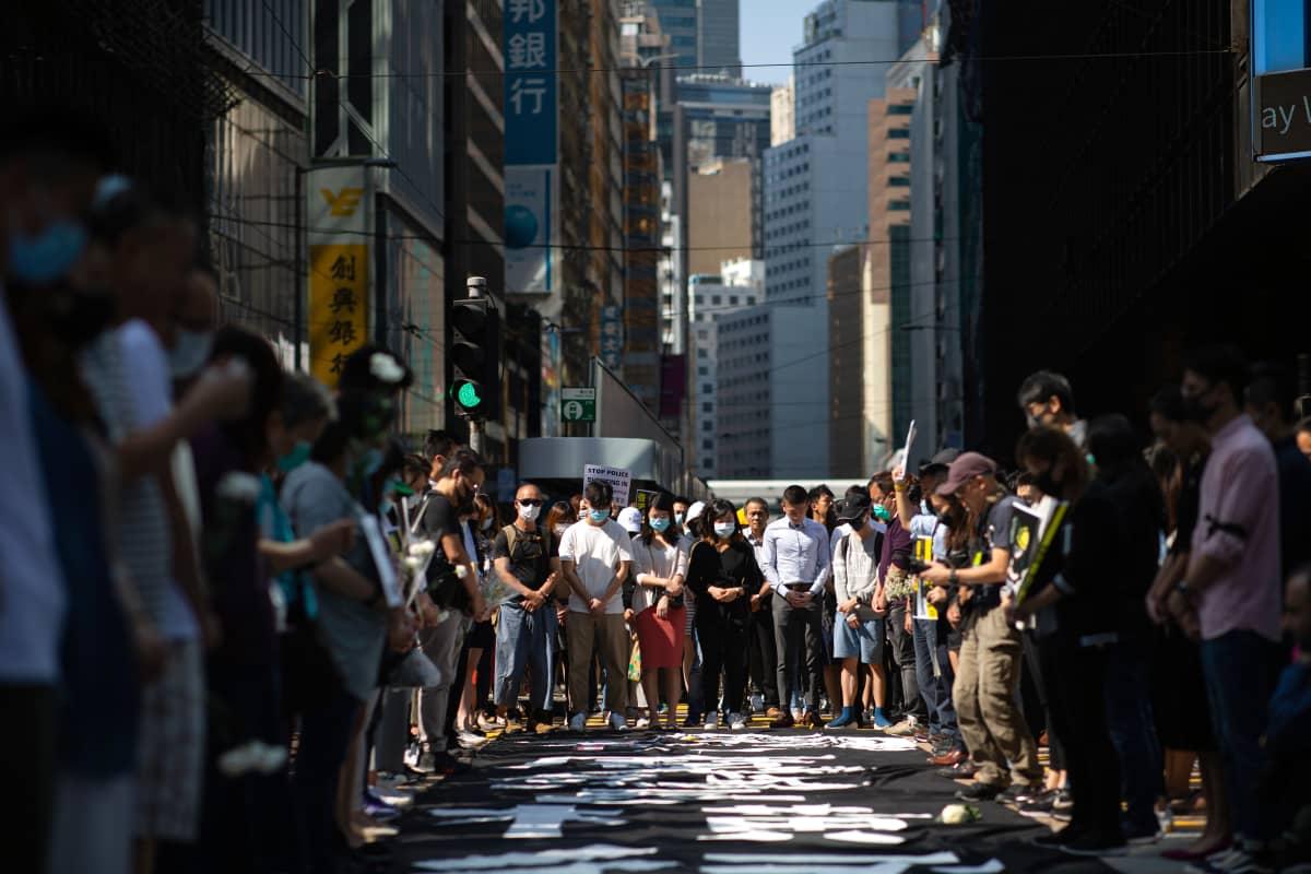 Hongkongin keskustassa mielenosoittajat hiljentyivät minuutiksi kunnioittamaan perjantaina kuolleen opiskelijan muistoa.