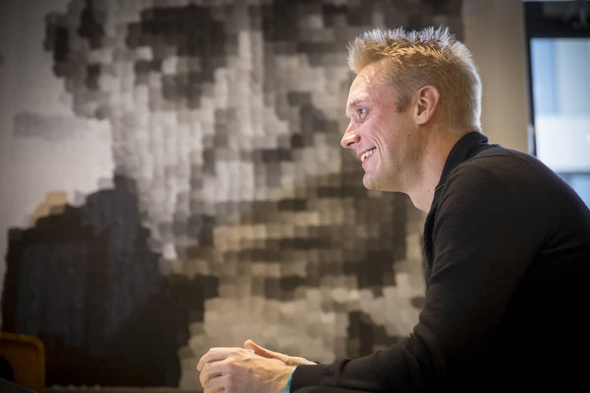 Kristian Segerstråle kahvilassa.
