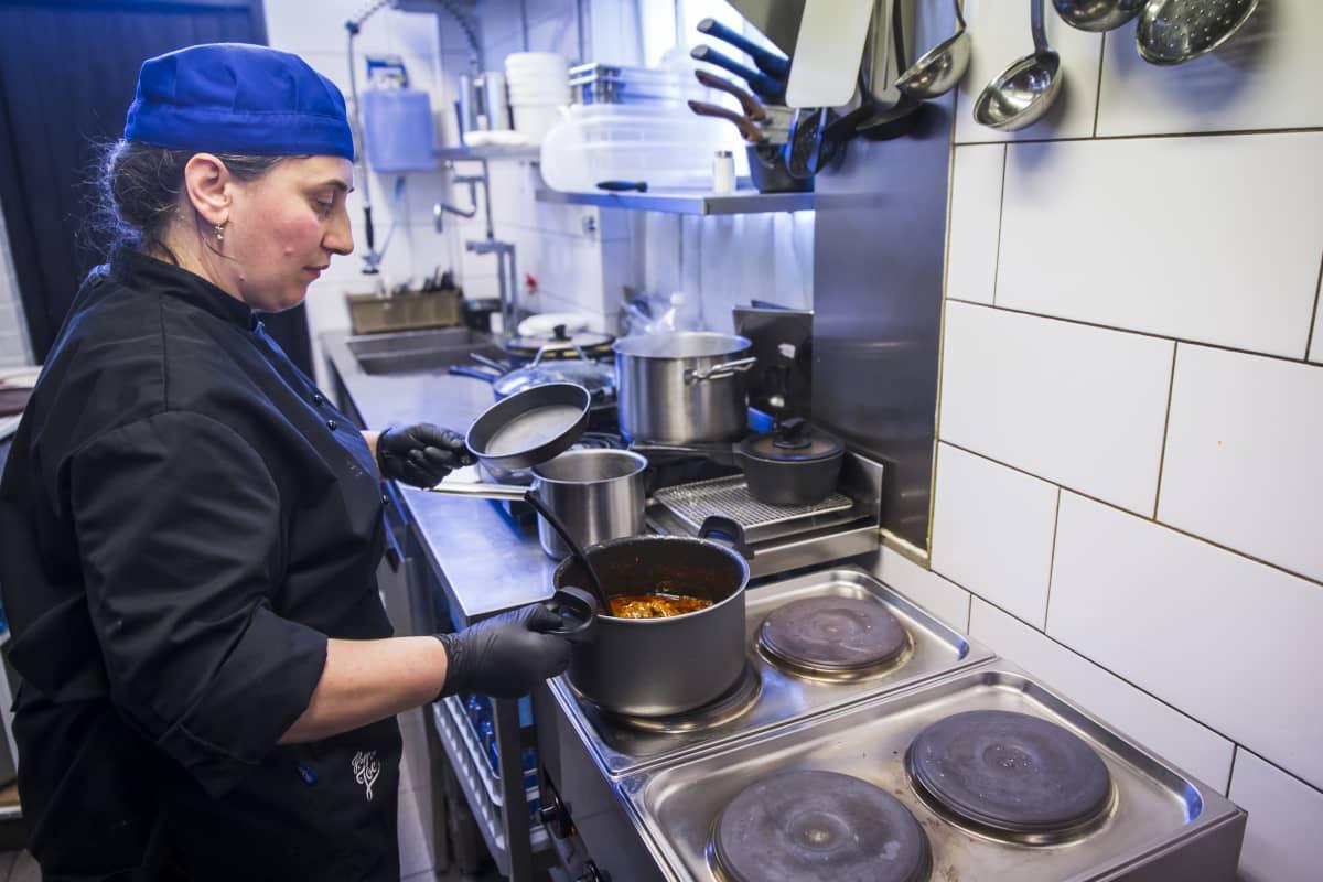 Georgialainen kokki tekee ruokaa Georgialaisessa ravintola Rionissa