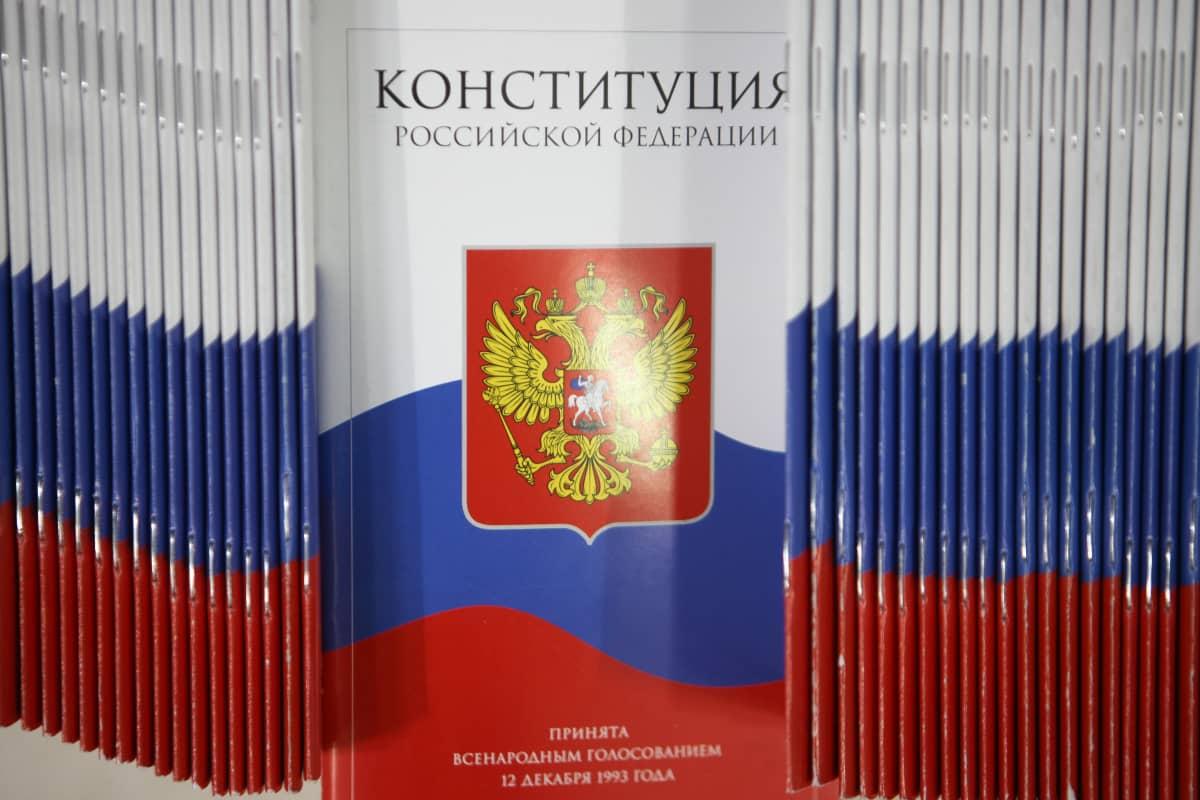 Venäjän perustuslaki painettuna