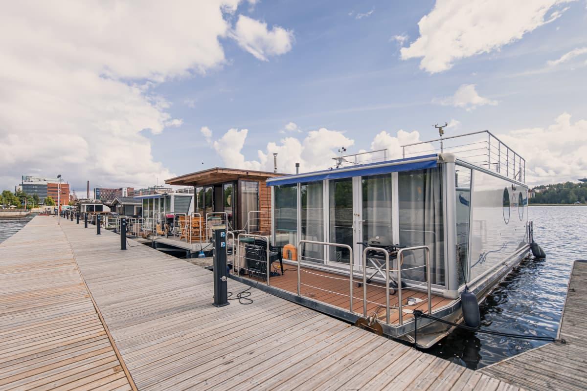 Asuntolaivoja laiturissa Jyväskylän satamassa.