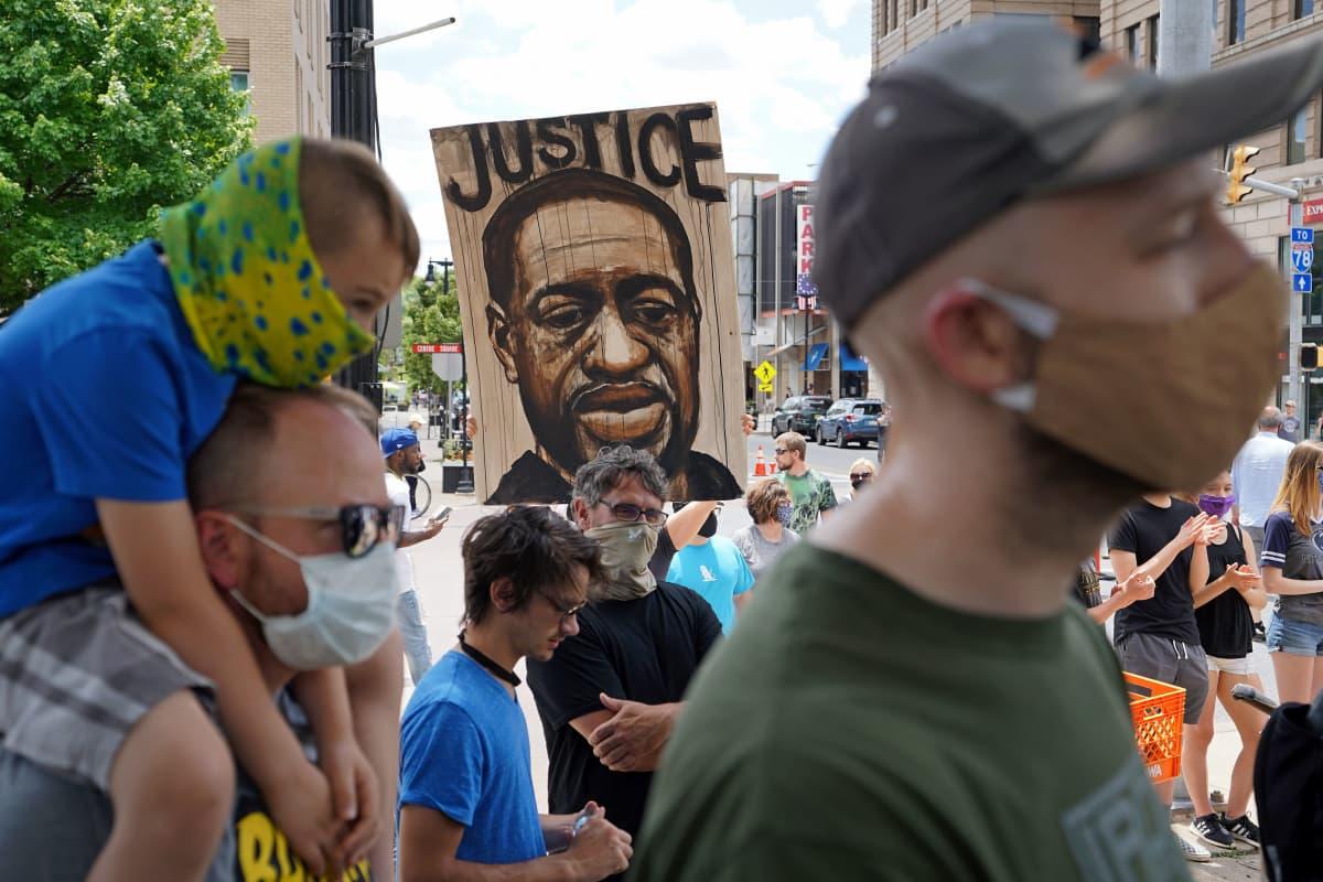 Mielenosoittajia BLM-mielenilmauksessa Eastonissa Pennsylvaniassa 7. kesäkuuta 2020.