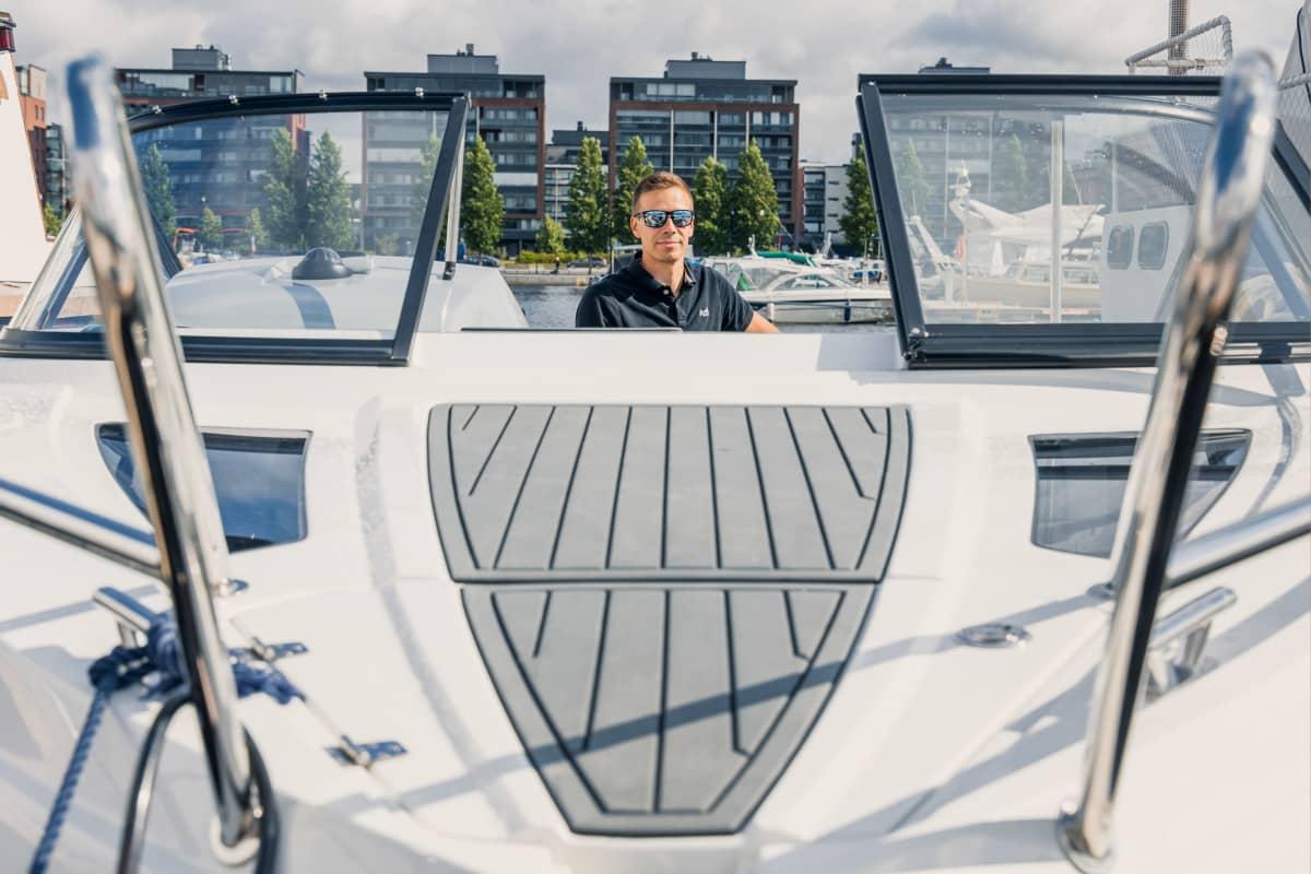Ilari Saikkonen vuokraa veneen perheensä käyttöön.