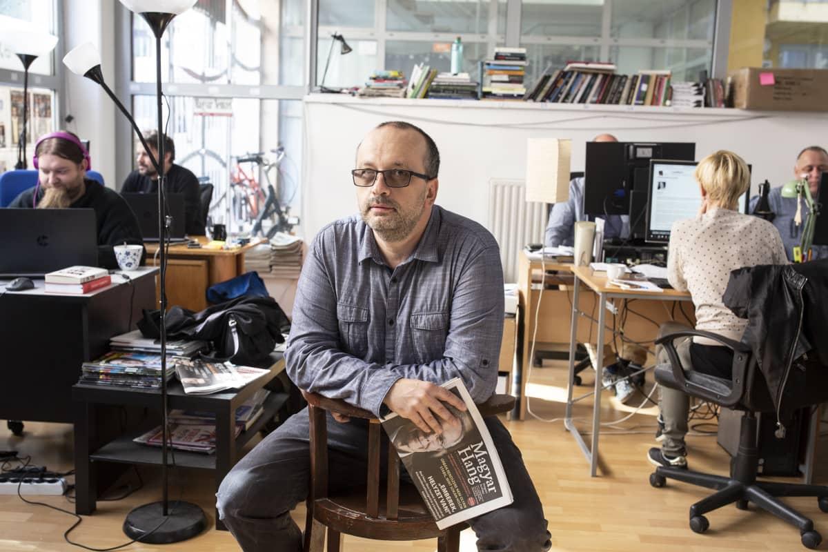 Magyar Hang -lehden toimittaja Csaba Lukacs toimituksessa Unkarissa