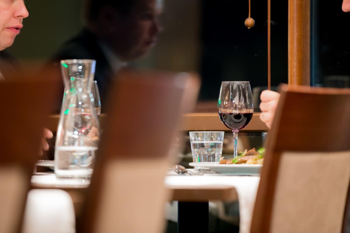 Kaksi anonyymia pukumiestä ilalla syömässä, Ravintola Loiste, 17.10.2016.
