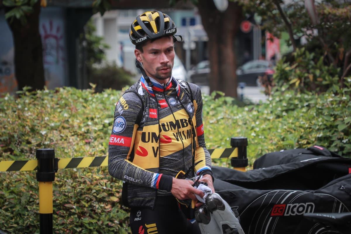maantiepyöräilijä Primoz Roglic istuu ajatuksissaan harjoituksen jälkeen