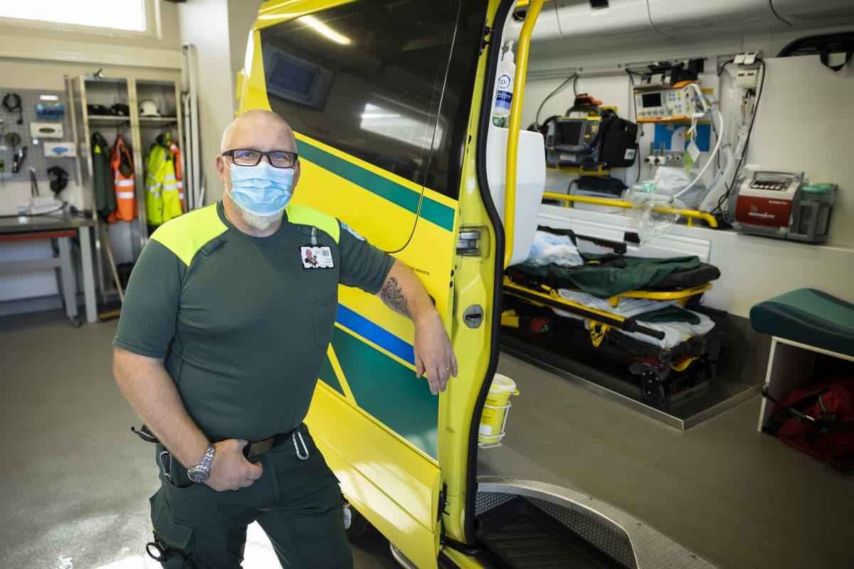 Marko Hansisalo ambulanssin vieressä.