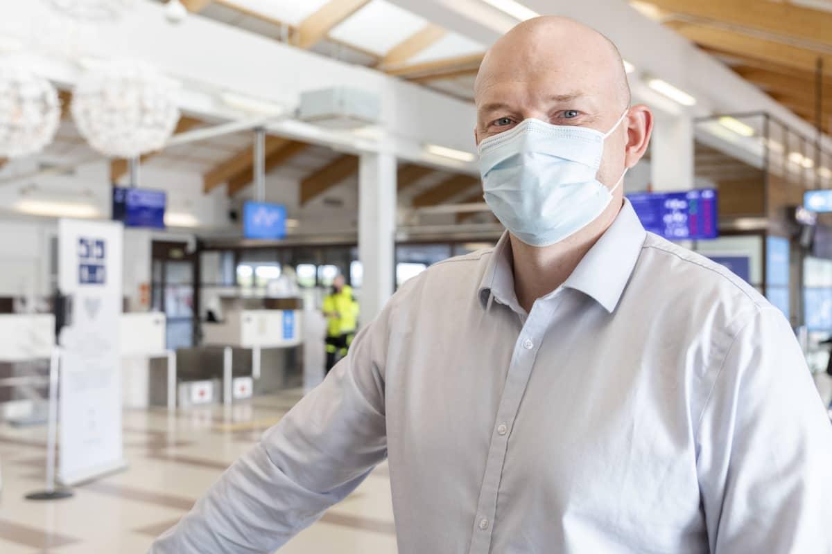 Espoolainen Pasi Pulkkinen on lähdössä työreissulta kotimatkalle Kemi-Tornion lentoasemalla