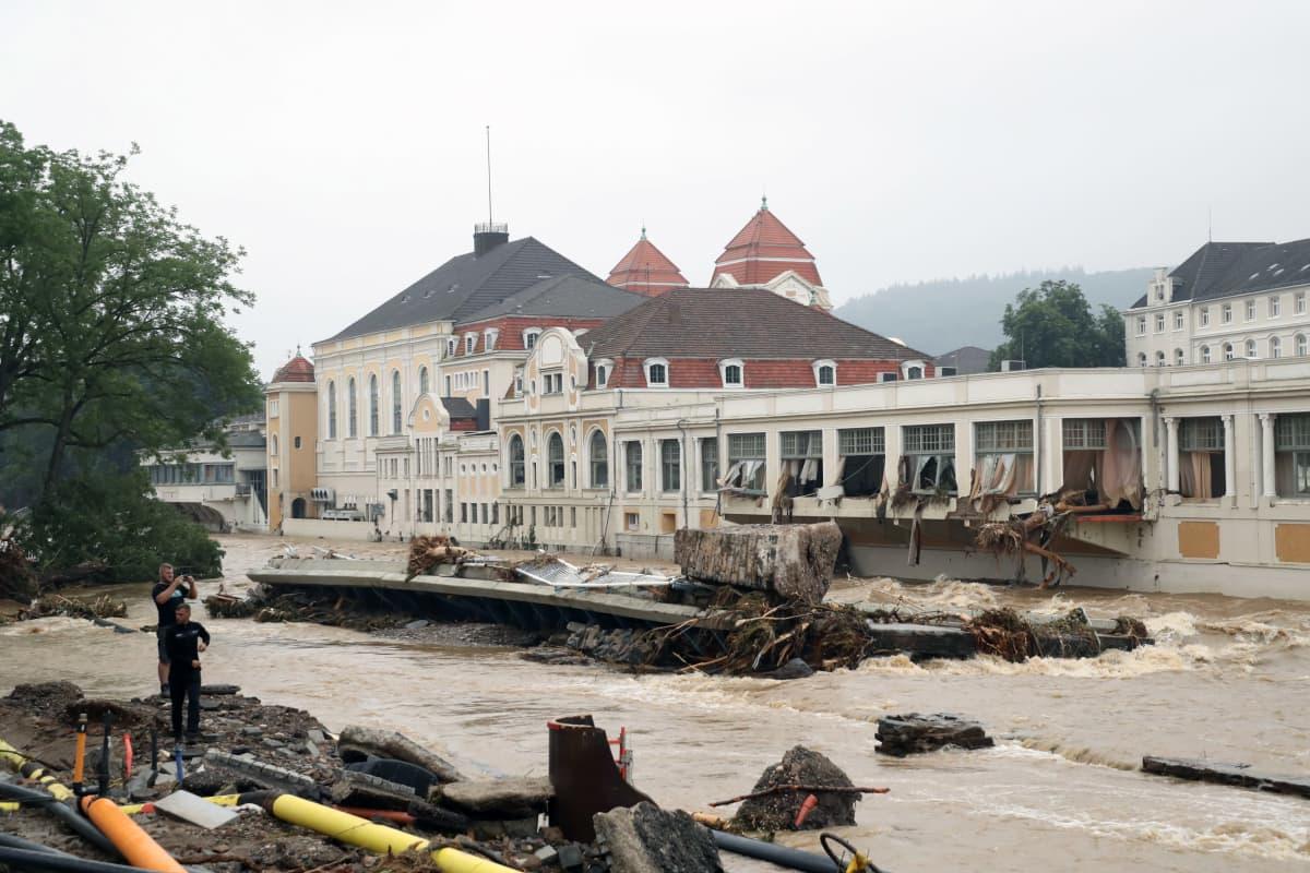 Romua ja tuhoutuneita rakennuksia.