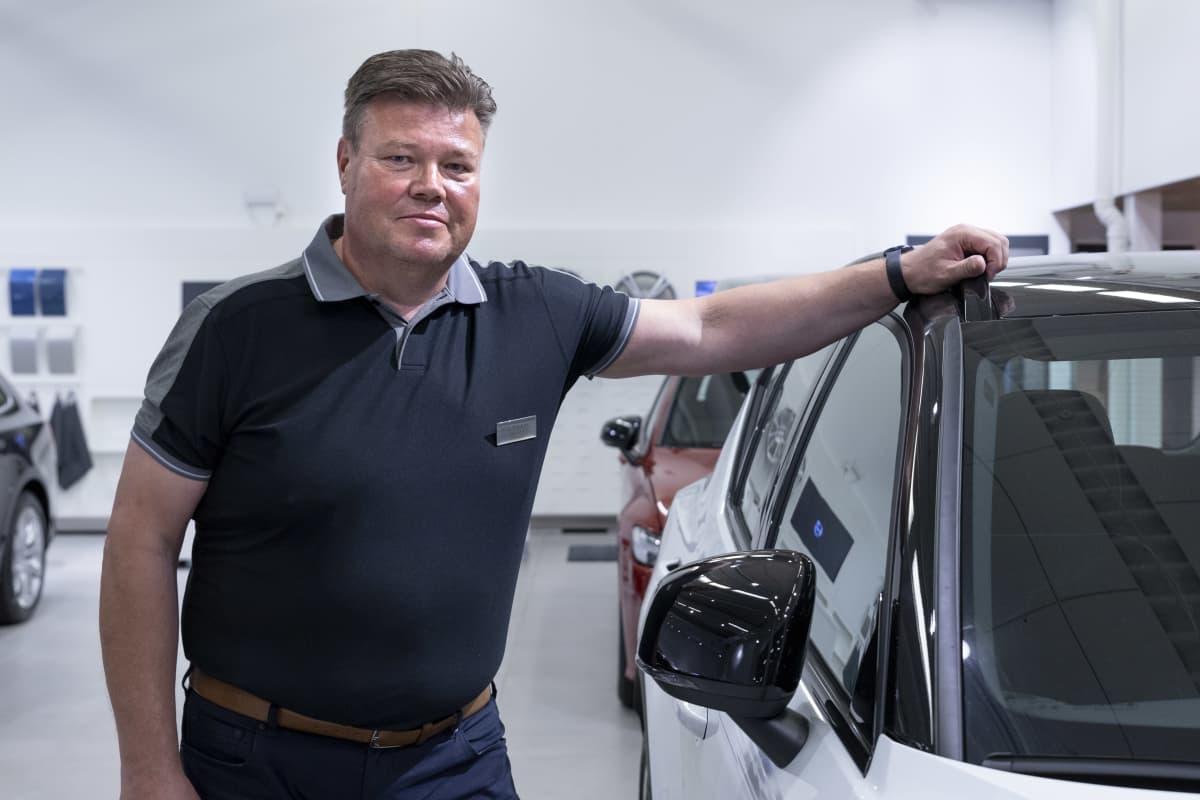 Kemin Wetterin myymäläpäällikkö Ari-Pekka Heikonen uuden täyssähköauton vieressä