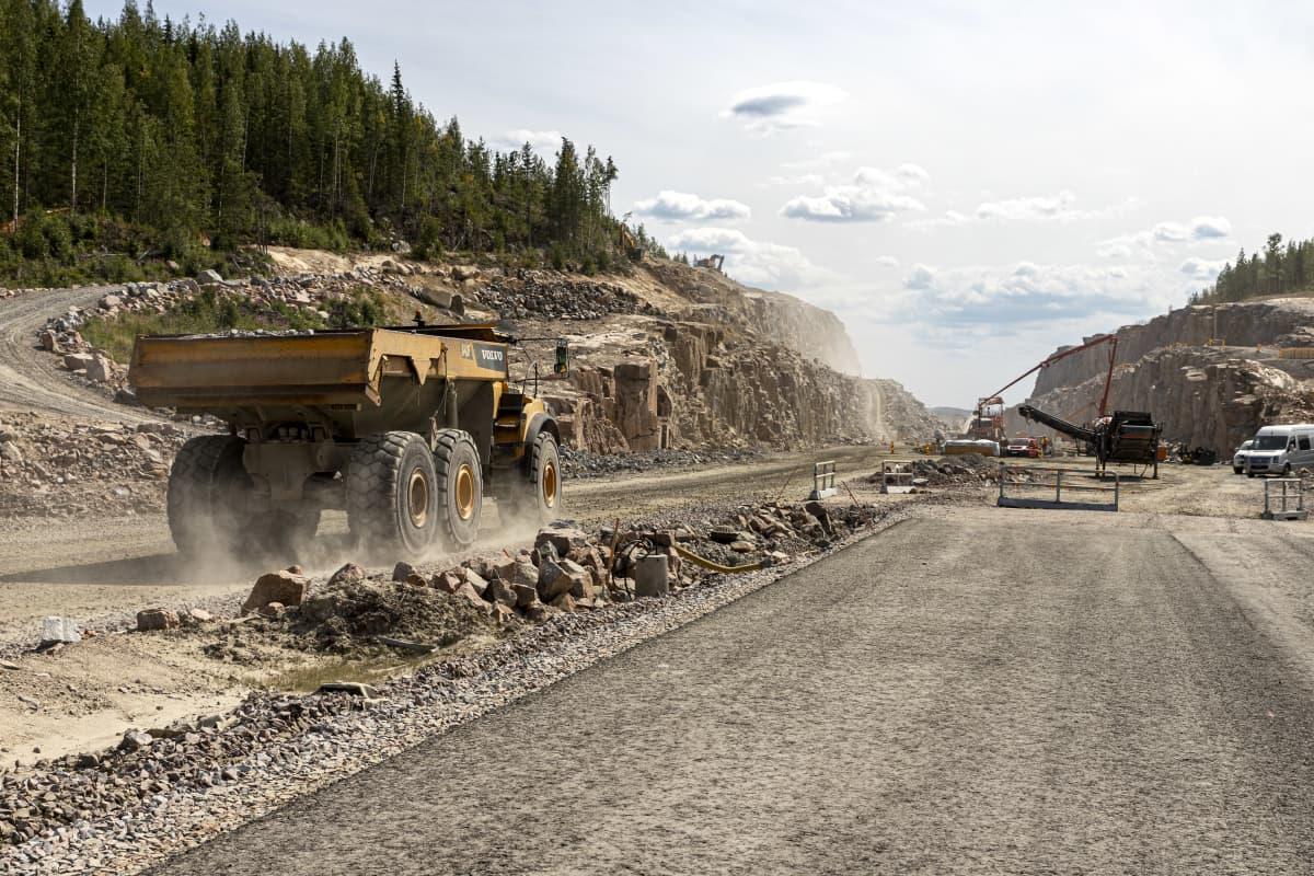 Suuri kallioleikkaus rakenteilla olevan Kirri-Tikkakoski -moottorien varressa