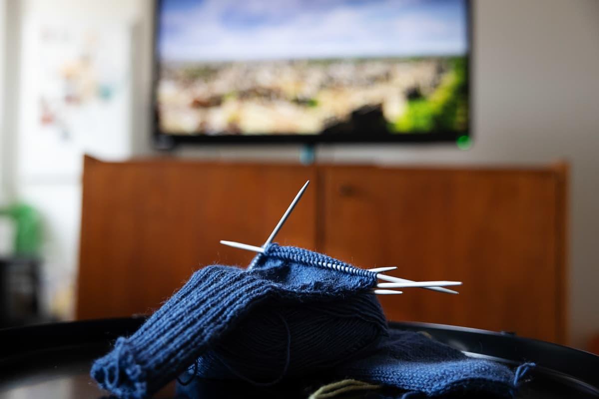 Tv-ruutu näkyy sinisen kutimen takana.
