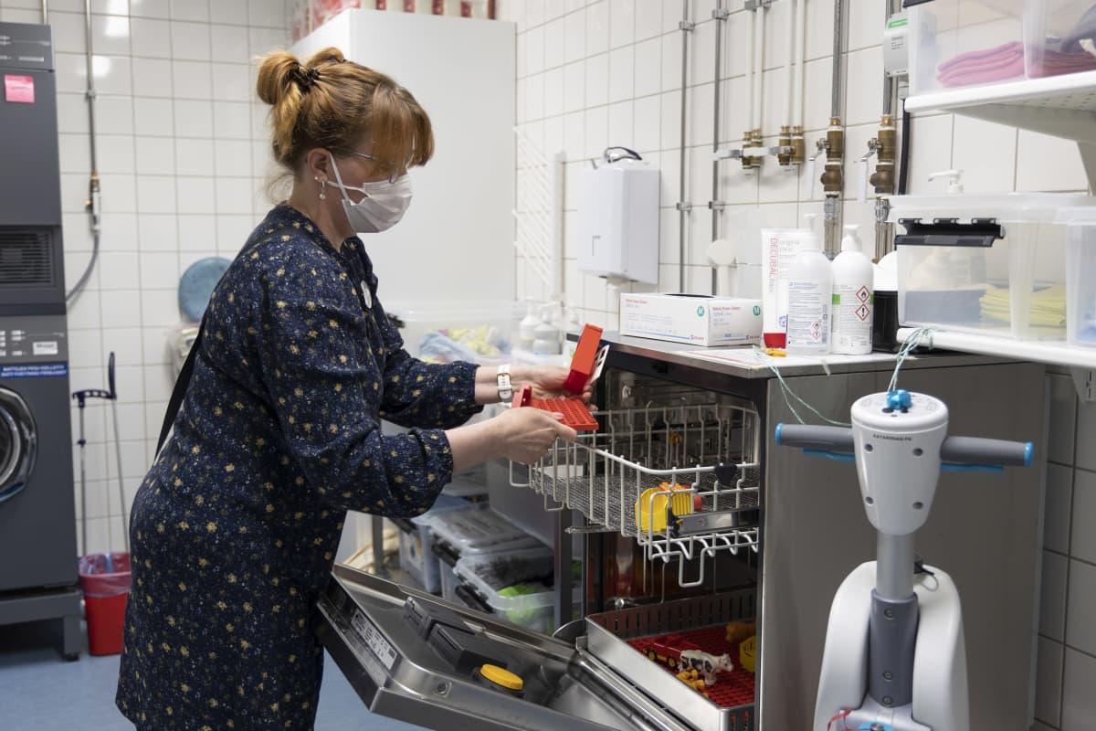 Varhaiskasvatuksen opettaja Riikka Nivell-Juntunen Katariinan päiväkodissa.