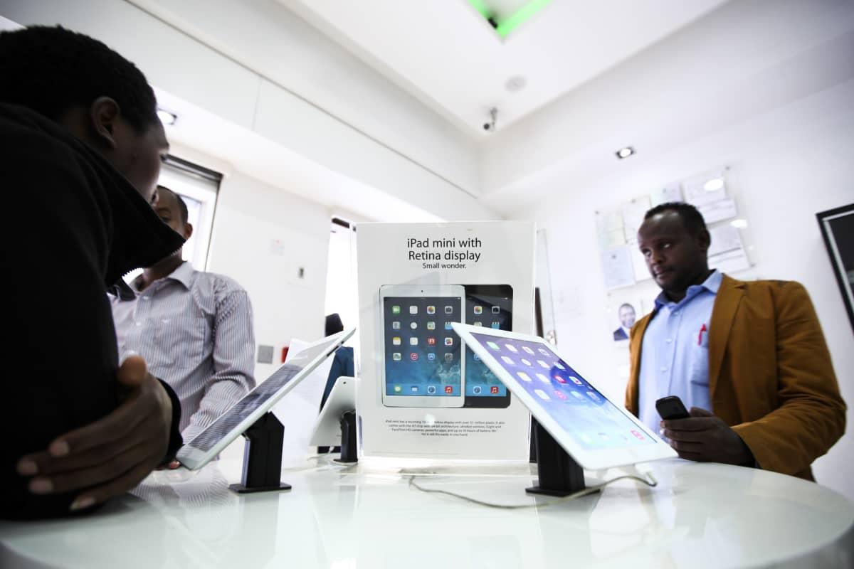 Nairobilaisasiakas tutkii älylaitetta kaupassa.