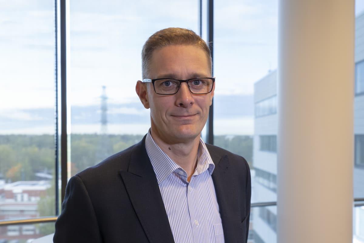 Fingridin lakimies Antti Kivipuro Metsälän toimipisteessä.