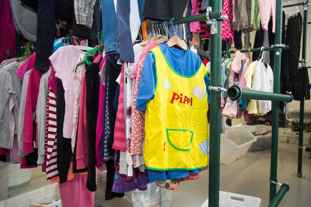 Rekeillä käytettyjä lastenvaatteita. Etualalla Pippi-paita.