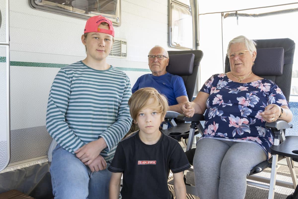 Keijo ja Irma Leppäniemi ovat saapuneet lastenlastensa Markuksen ja Antonin kanssa Ruotsista viettämään kesälomaa Ryynäsennimen leirintäalueelle Tervolaan