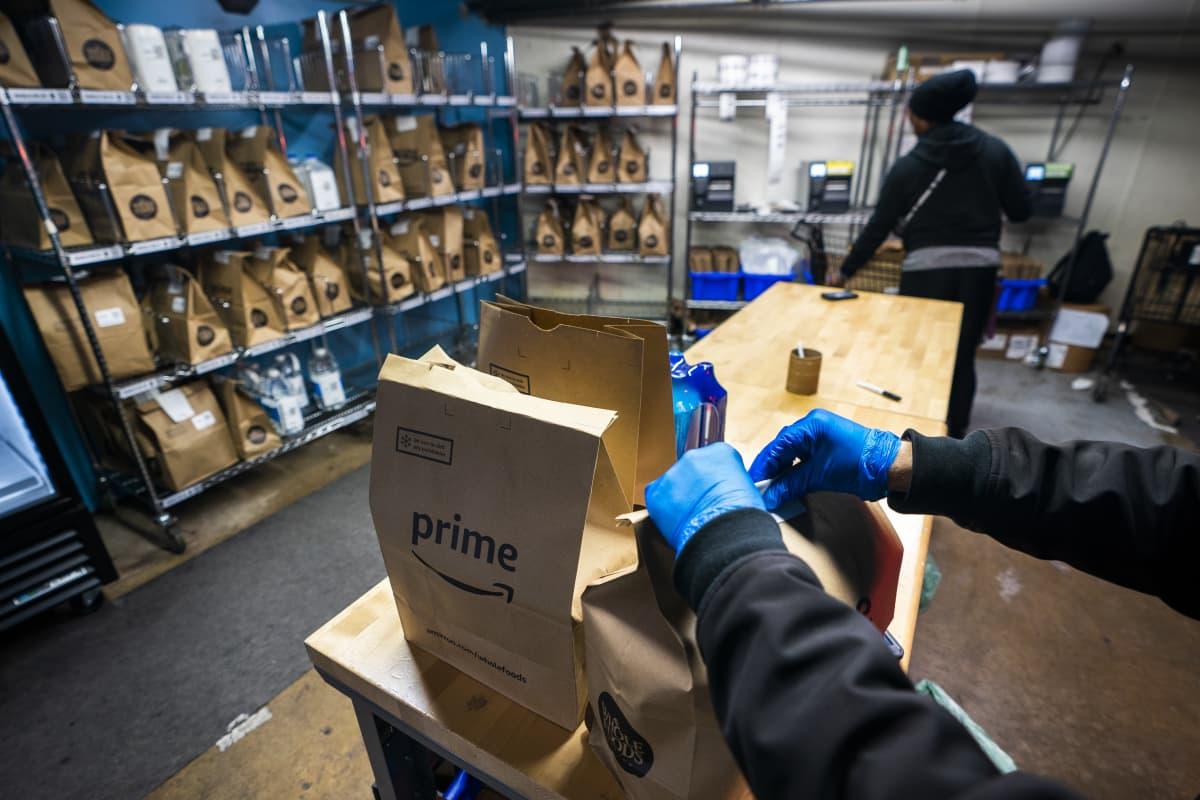 Tuotteiden pakkausta Amazonin varastossa.