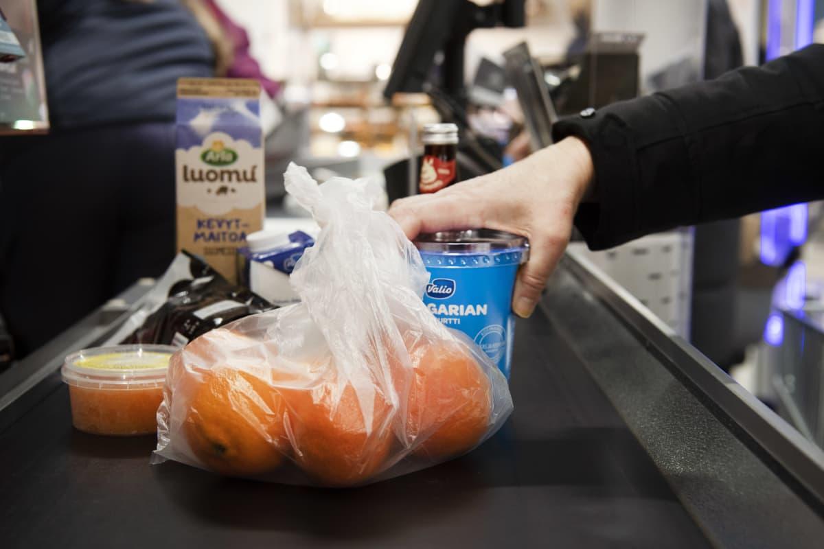 Ruokaostokset kaupan kassahihnalla.
