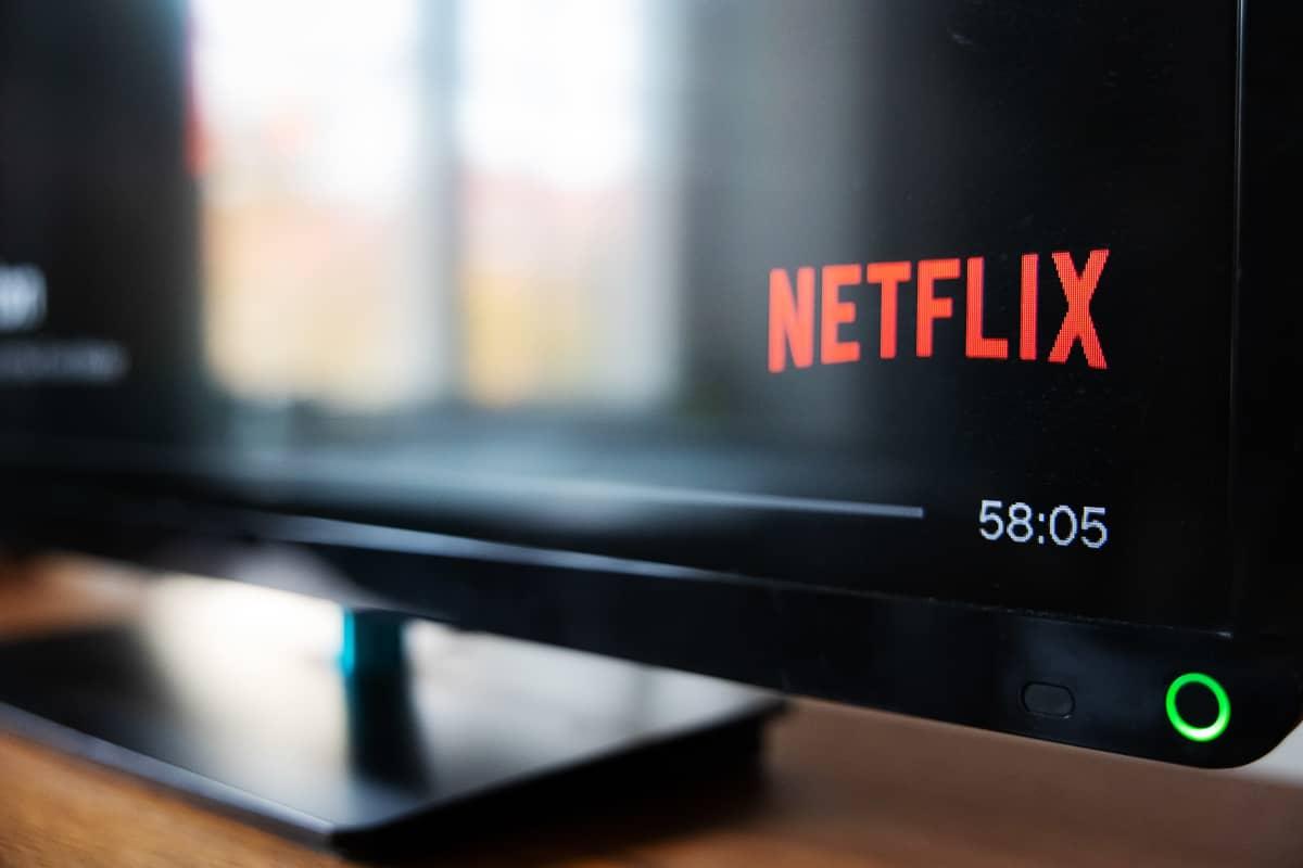 Netflix tv:n ruudulla, punaiset kirjaimet mustalla.