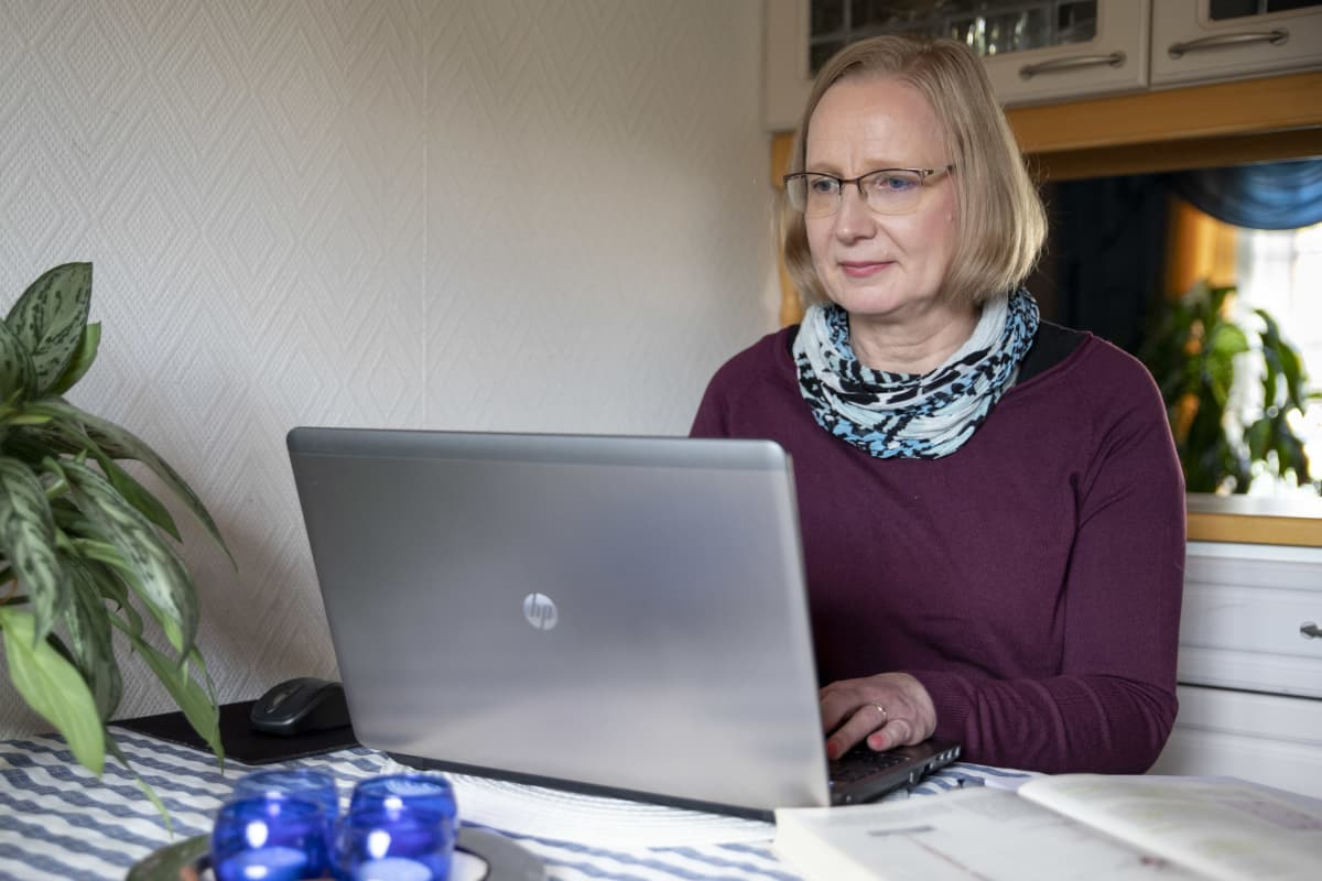 Stora Enson Veitsiluodon tehtaalta irtisanottava Jaana Mikkola on päättänyt kouluttautua hoitoalalle