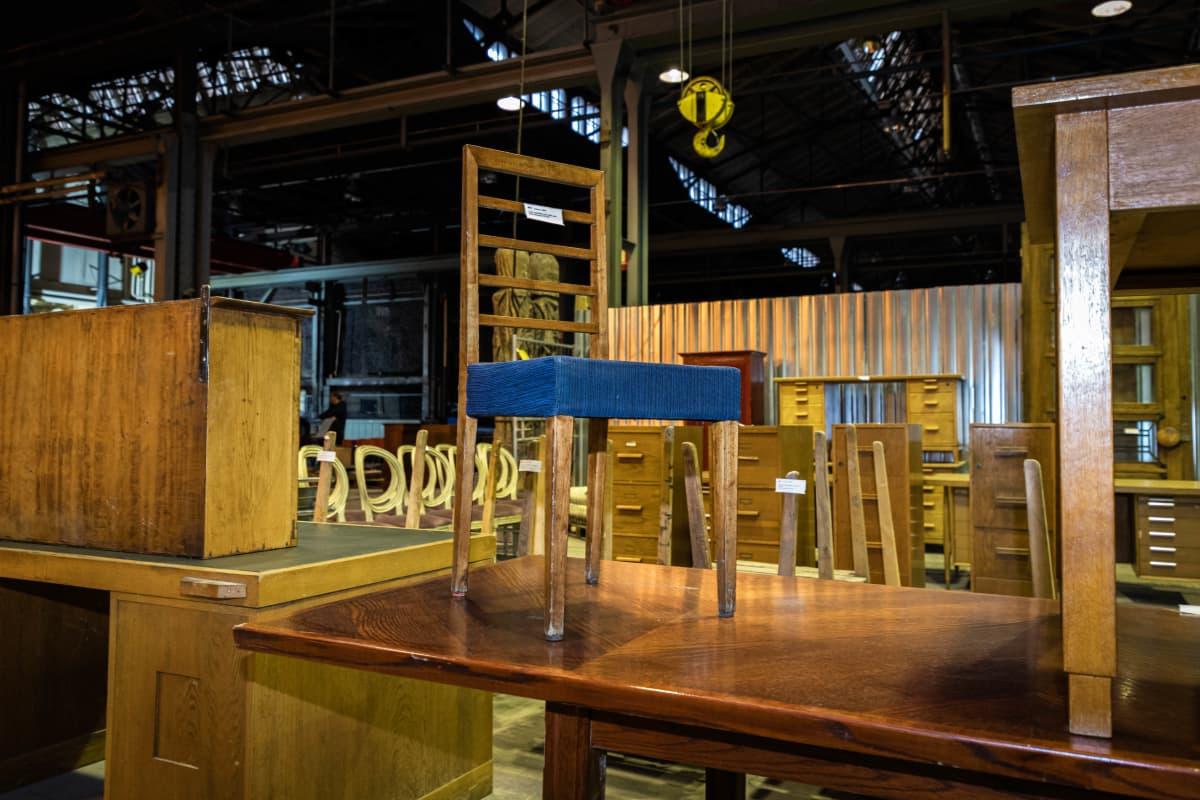 Eliel Saarisen suunnittelema tuoli Helanderin huutokaupassa Konepajalla.