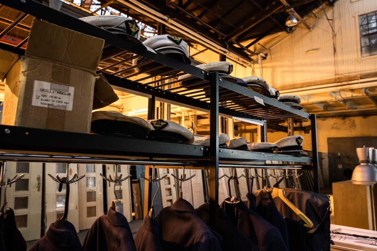 VR:n orkesterin (tai vastaavan) vanhoja pukuja on myynnissä Helanderin huutokaupassa 28.8.2021.