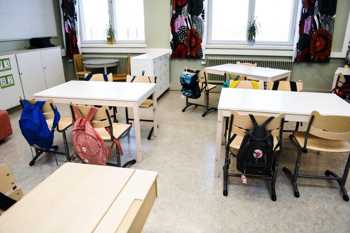 Kuvassa on tyhjä koululuokka.