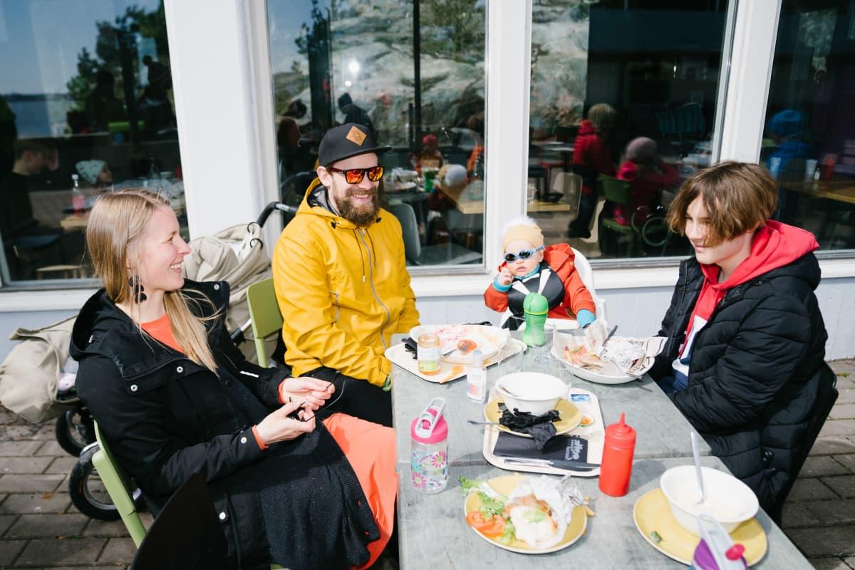 Tiitu Lehtinen (äiti), Kimmo Laine (isä), Eeti Laine (pikkulapsi) ja Tuukka Hakala (teinipoika)