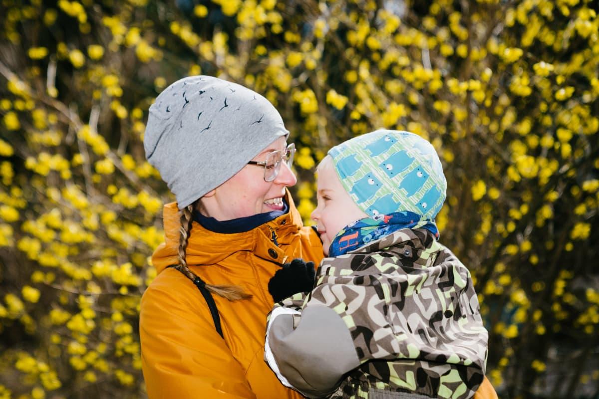 Martta Asikainen (äiti) ja Osku Deppe (lapsi)