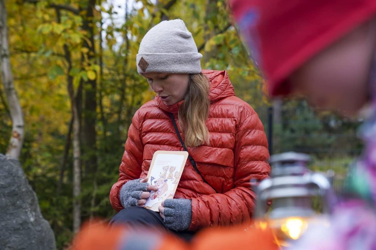 Juulia Jantunen, varhaiskasvatuksen opettaja, päiväkoti Kanavan viereisessä metsikössä leikkimässä lasten kanssa